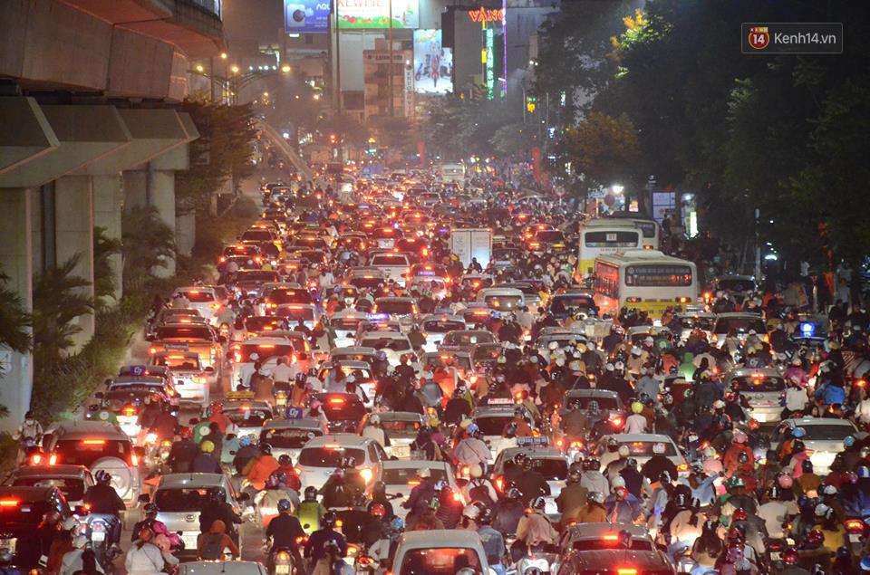 Người dân Hà Nội, Sài Gòn và Đà Nẵng nô nức xuống đường, khắp phố phường khoác lên mình tấm áo Giáng sinh đầy màu sắc - Ảnh 1.