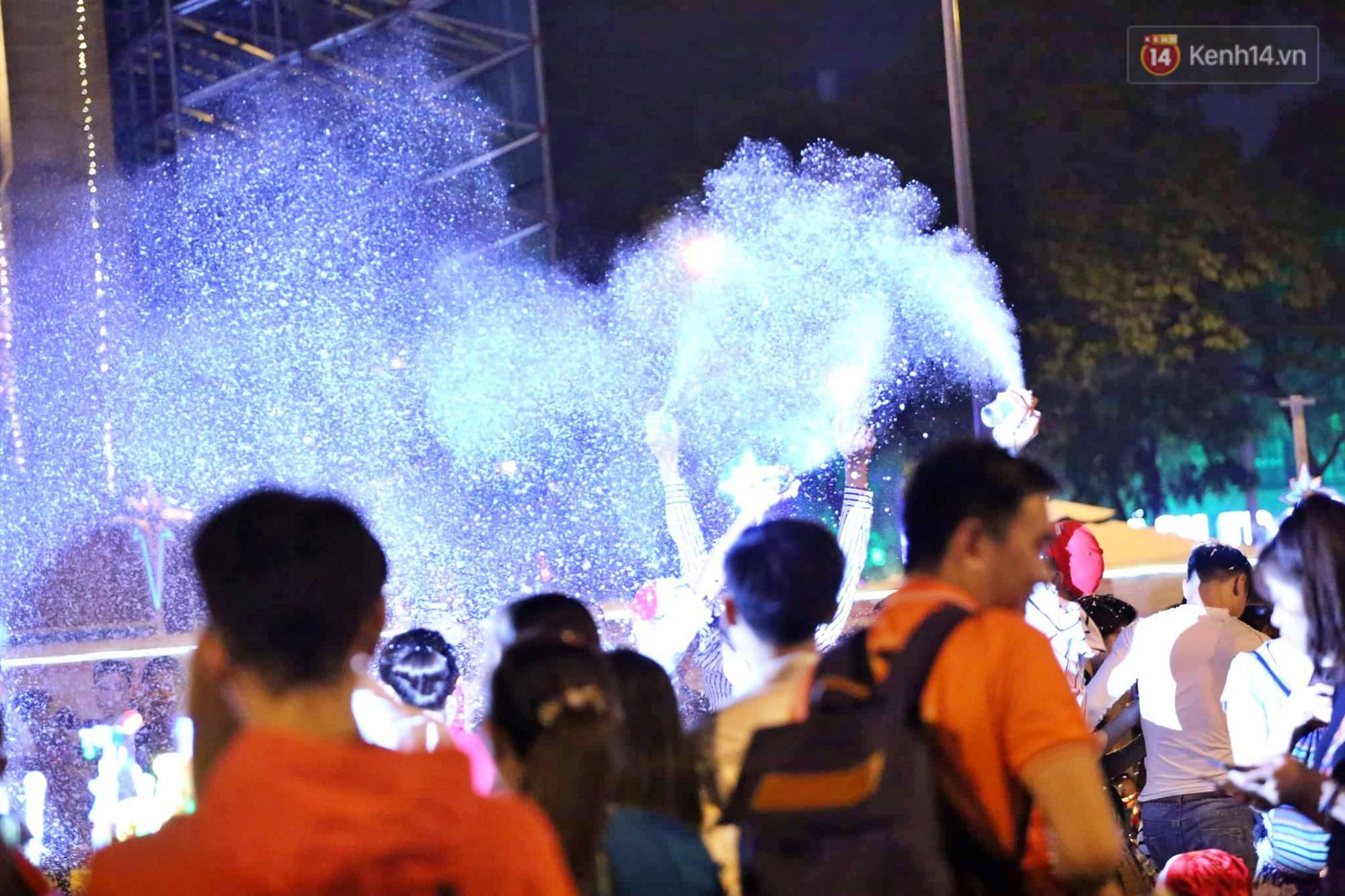 Người dân Hà Nội, Sài Gòn và Đà Nẵng nô nức xuống đường, khắp phố phường khoác lên mình tấm áo Giáng sinh đầy màu sắc - Ảnh 12.