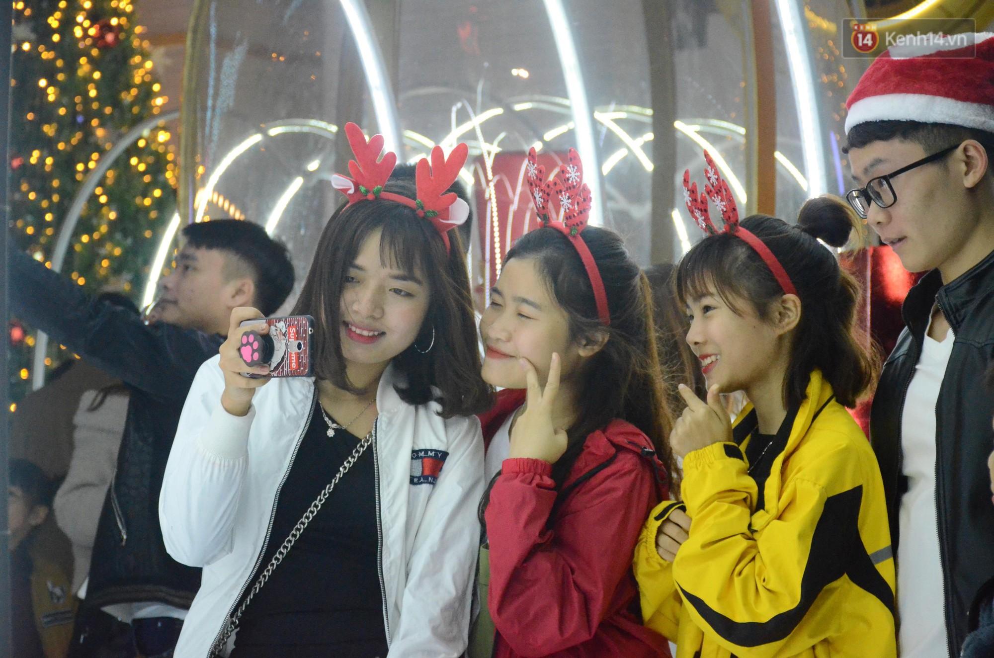 Người dân Hà Nội, Sài Gòn và Đà Nẵng nô nức xuống đường, khắp phố phường khoác lên mình tấm áo Giáng sinh đầy màu sắc - Ảnh 4.