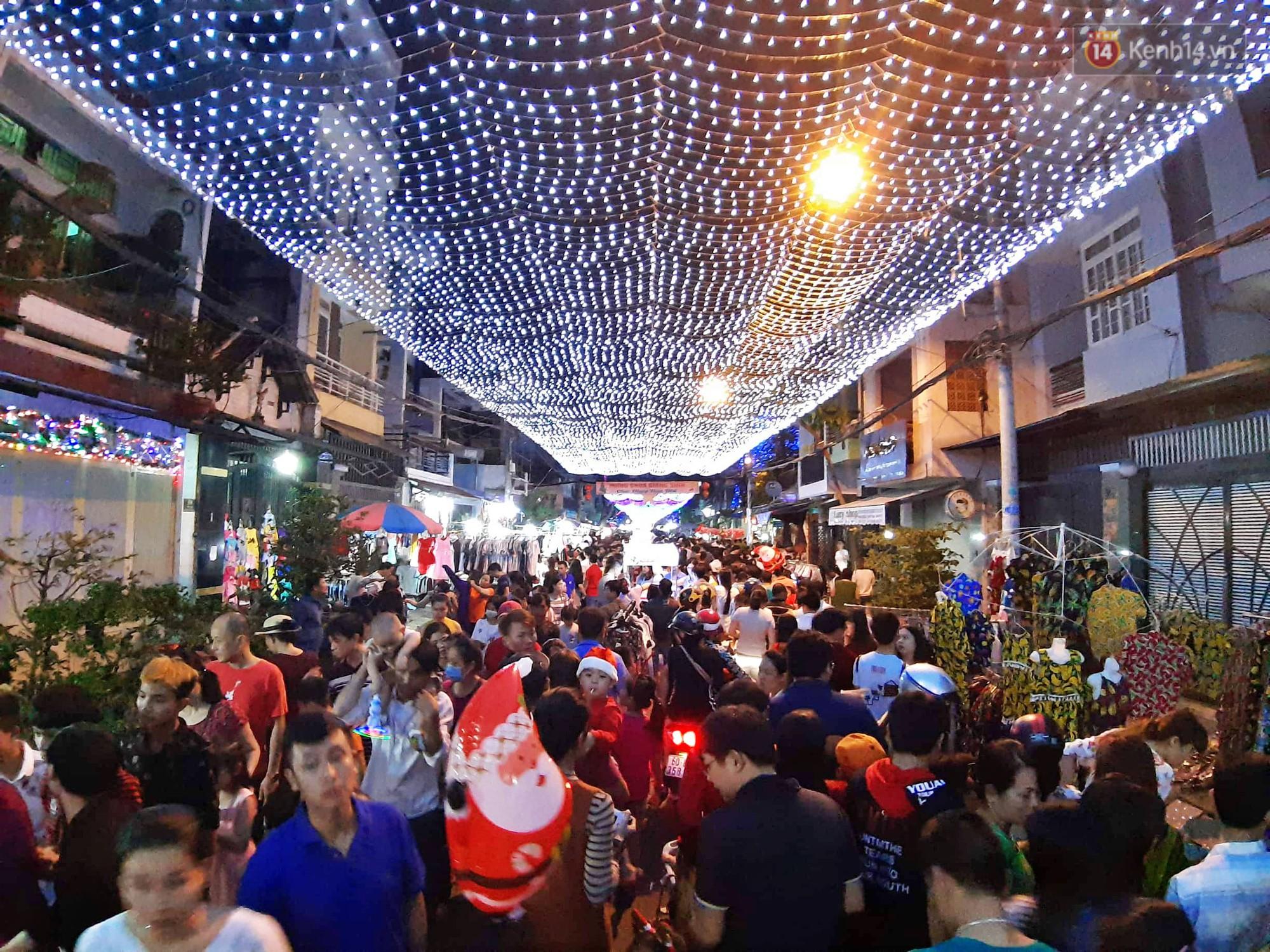 Người dân Hà Nội, Sài Gòn và Đà Nẵng nô nức xuống đường, khắp phố phường khoác lên mình tấm áo Giáng sinh đầy màu sắc - Ảnh 13.