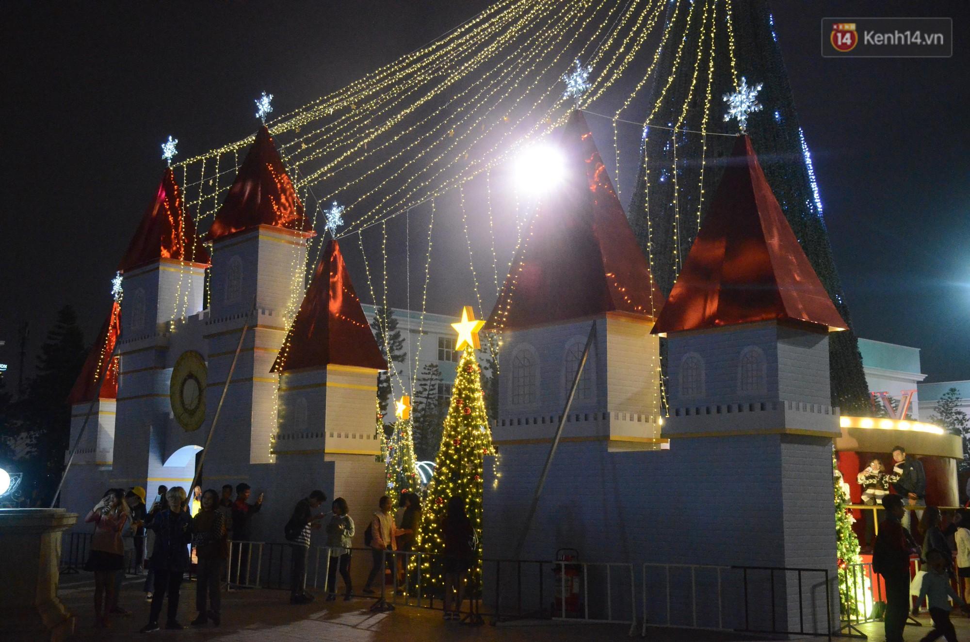 Người dân Hà Nội, Sài Gòn và Đà Nẵng nô nức xuống đường, khắp phố phường khoác lên mình tấm áo Giáng sinh đầy màu sắc - Ảnh 3.