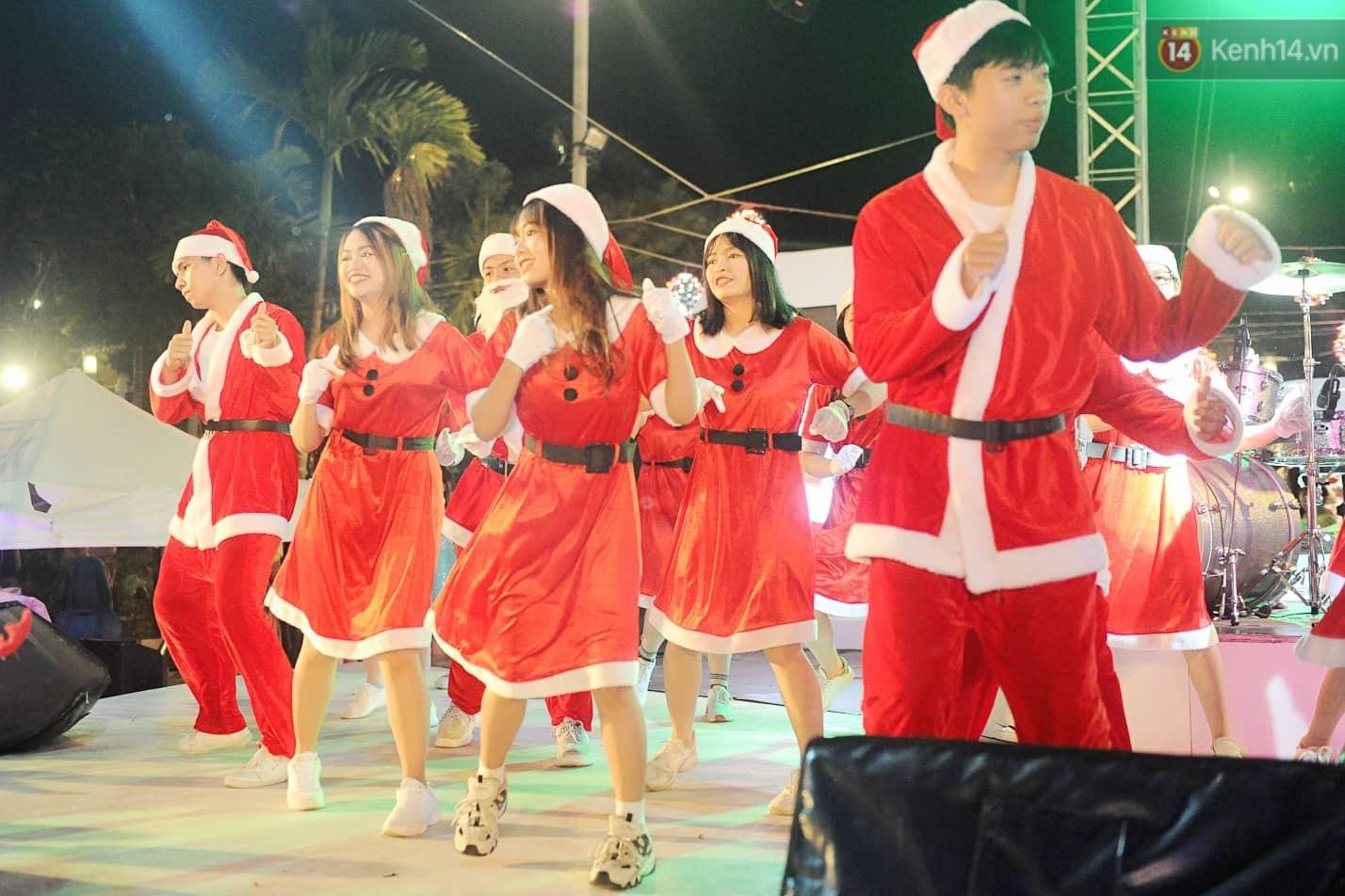 Người dân Hà Nội, Sài Gòn và Đà Nẵng nô nức xuống đường, khắp phố phường khoác lên mình tấm áo Giáng sinh đầy màu sắc - Ảnh 16.