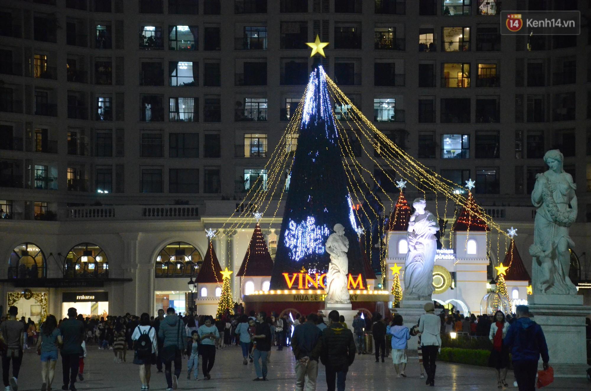 Người dân Hà Nội, Sài Gòn và Đà Nẵng nô nức xuống đường, khắp phố phường khoác lên mình tấm áo Giáng sinh đầy màu sắc - Ảnh 5.