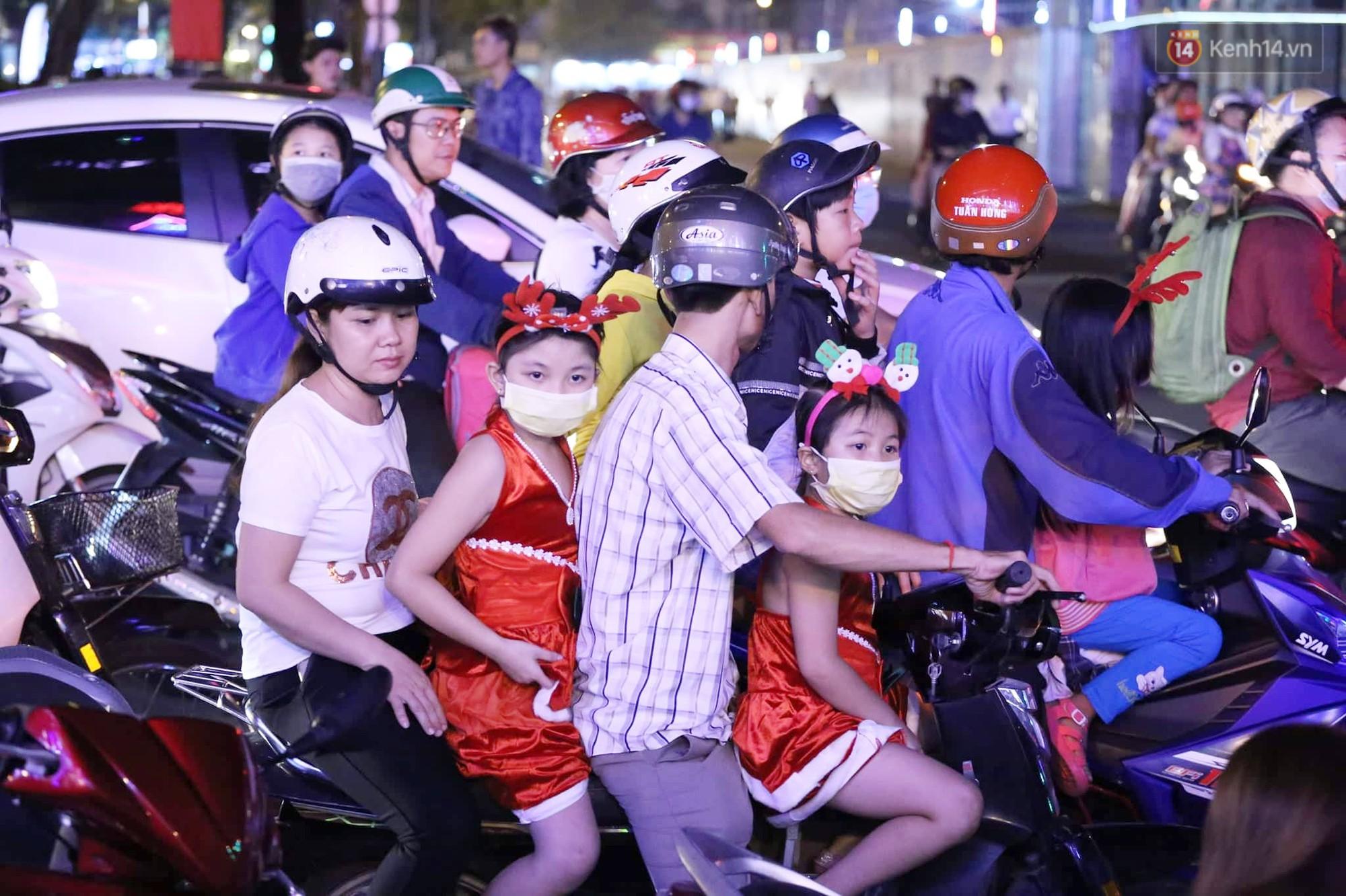 Người dân Hà Nội, Sài Gòn và Đà Nẵng nô nức xuống đường, khắp phố phường khoác lên mình tấm áo Giáng sinh đầy màu sắc - Ảnh 8.