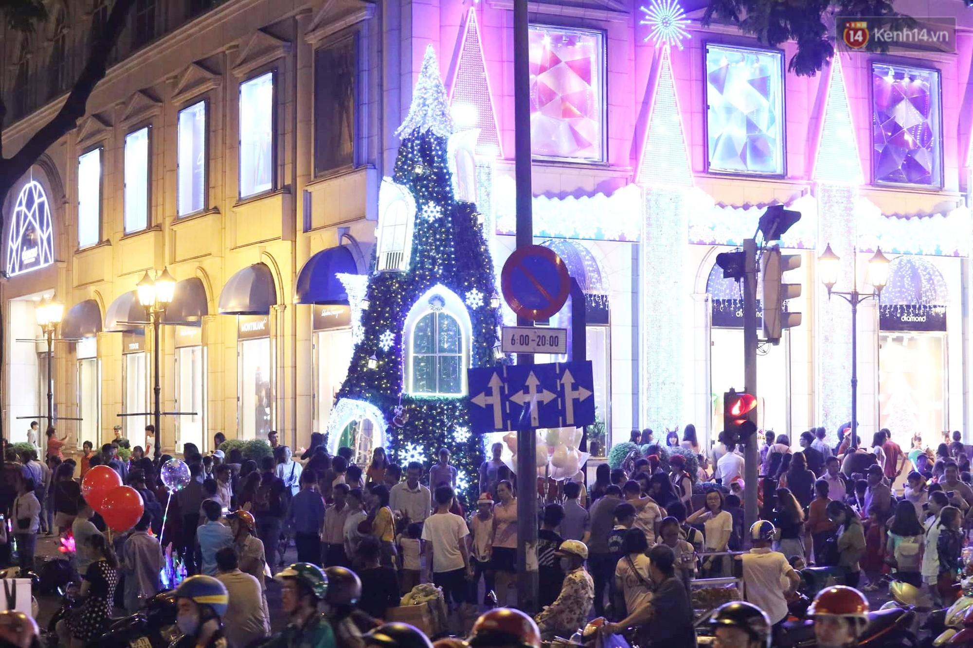 Người dân Hà Nội, Sài Gòn và Đà Nẵng nô nức xuống đường, khắp phố phường khoác lên mình tấm áo Giáng sinh đầy màu sắc - Ảnh 6.
