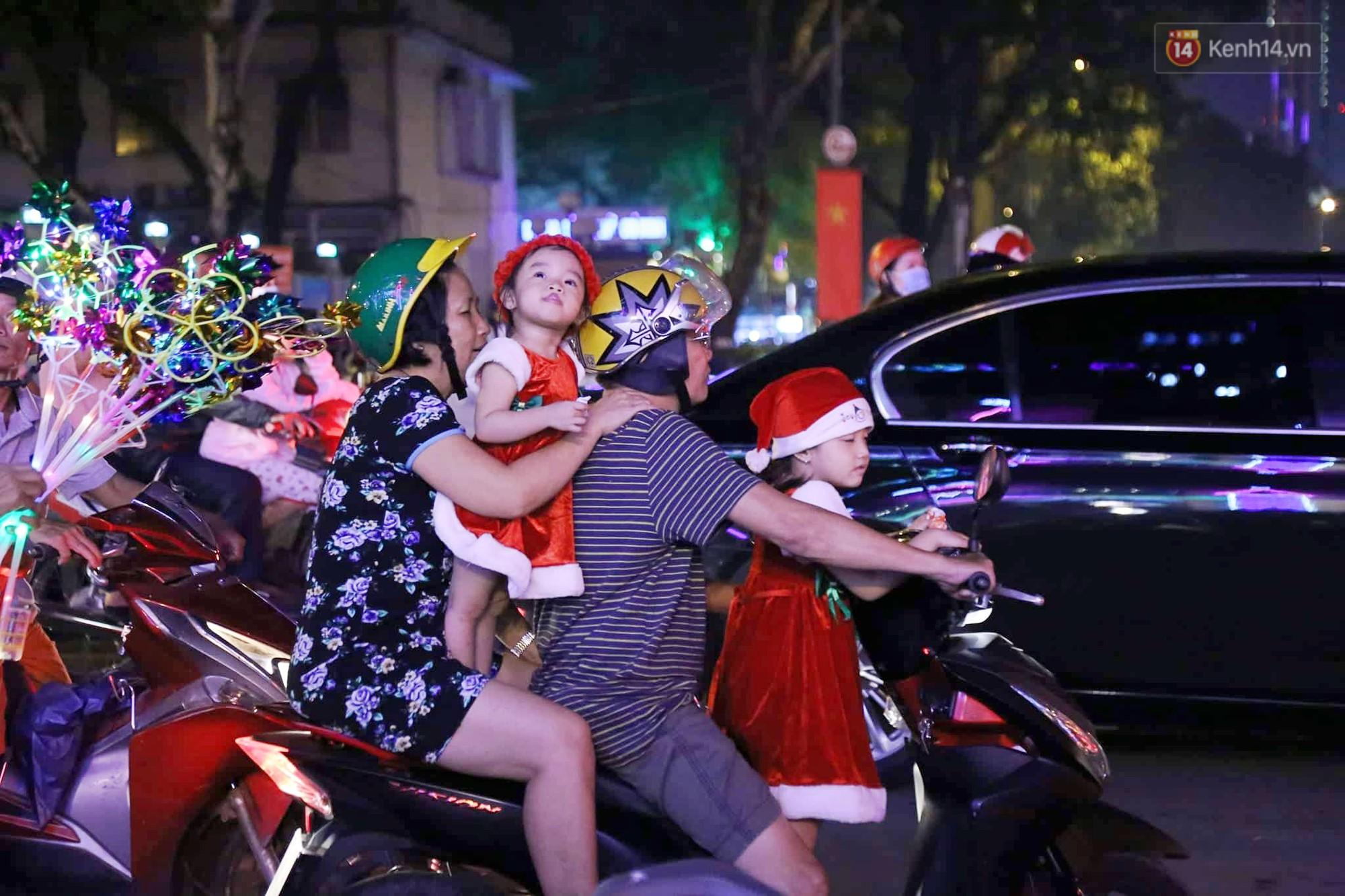 Người dân Hà Nội, Sài Gòn và Đà Nẵng nô nức xuống đường, khắp phố phường khoác lên mình tấm áo Giáng sinh đầy màu sắc - Ảnh 9.