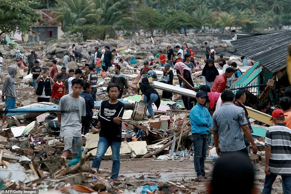 Indonesia một ngày chìm trong đau thương và nước mắt: Người dân đau đáu đi tìm người thân thích - Ảnh 12.