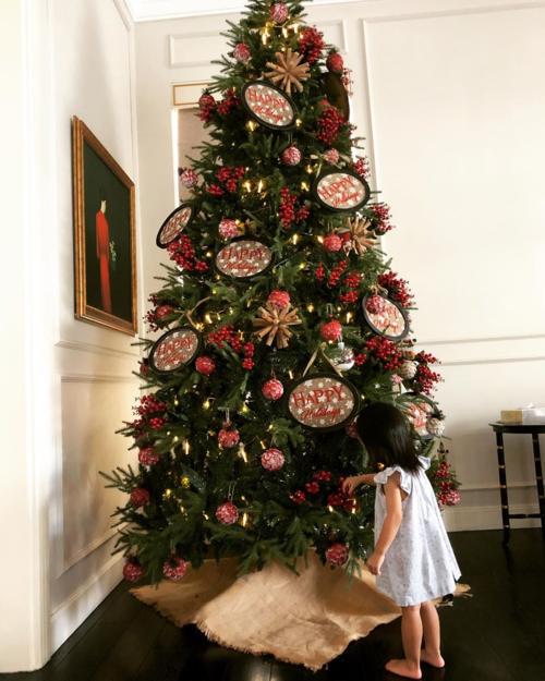 Tăng Thanh Hà khoe hai nhóc tỳ lớn tướng, thích thú nô đùa bên cây thông Noel vĩ đại đúng kiểu nhà có điều kiện - Ảnh 2.