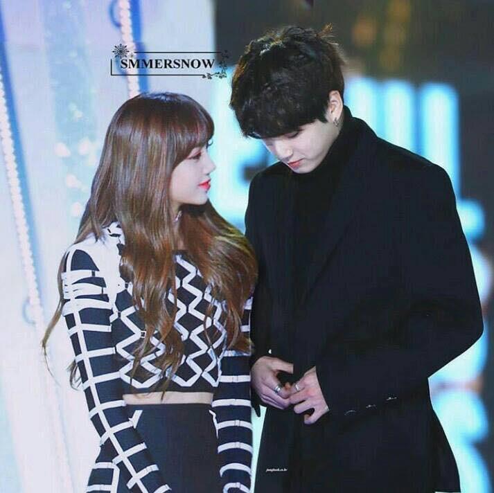 Khoảnh khắc Lisa và Jungkook chạm mắt nhau tại SBS Gayo Daejun đang
