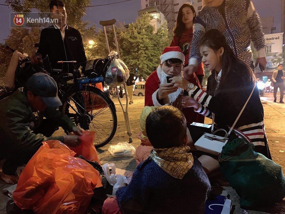 Hình ảnh cầu thủ Xuân Mạnh chống nạng tặng quà Noel cho những số phận khó khăn trên phố Hà Nội khiến nhiều người ấm lòng - Ảnh 3.