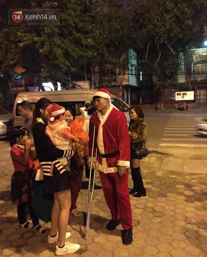 Hình ảnh cầu thủ Xuân Mạnh chống nạng tặng quà Noel cho những số phận khó khăn trên phố Hà Nội khiến nhiều người ấm lòng - Ảnh 1.