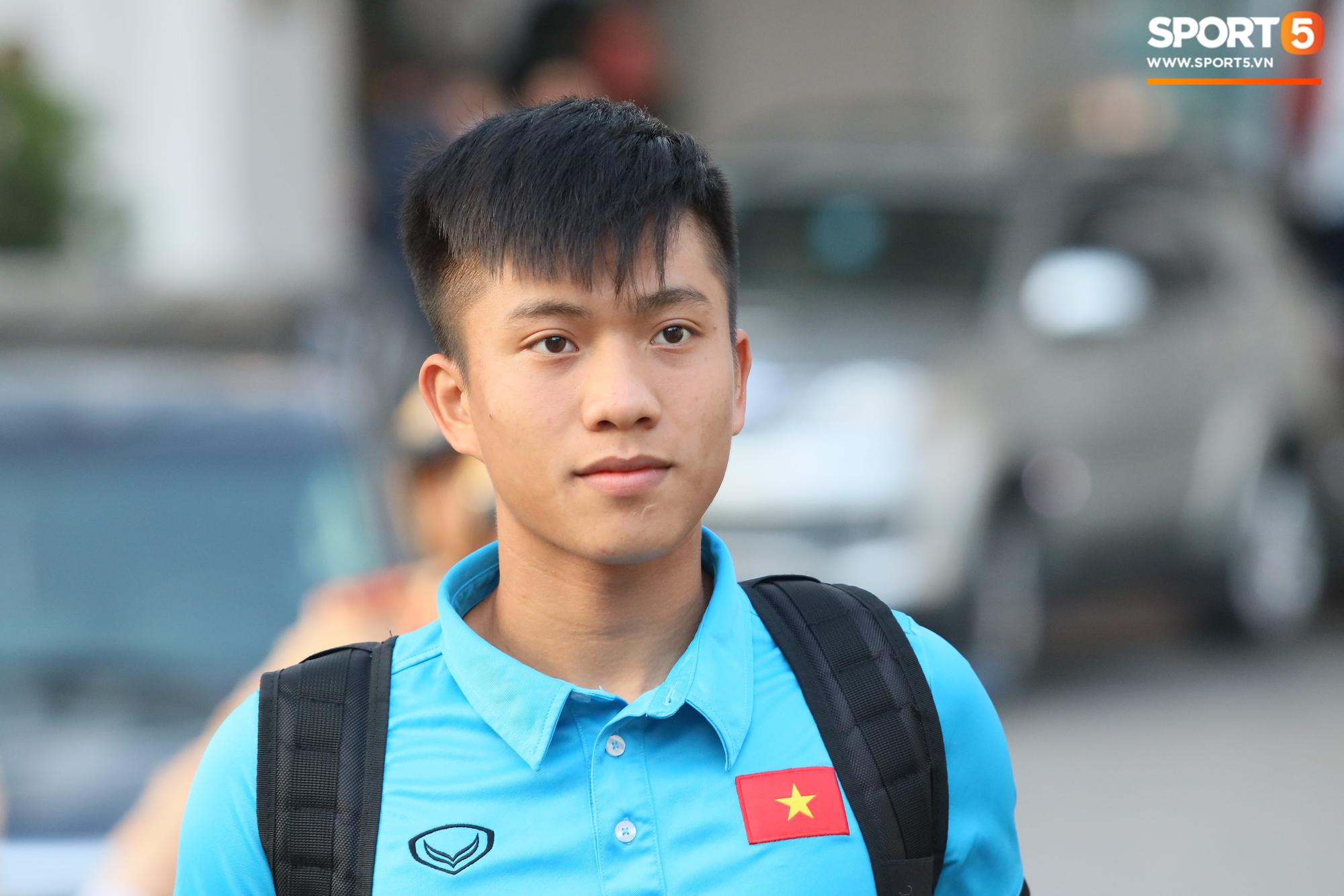 Lục Xuân Hưng chống nạng đến xem trận Việt Nam vs Triều Tiên
