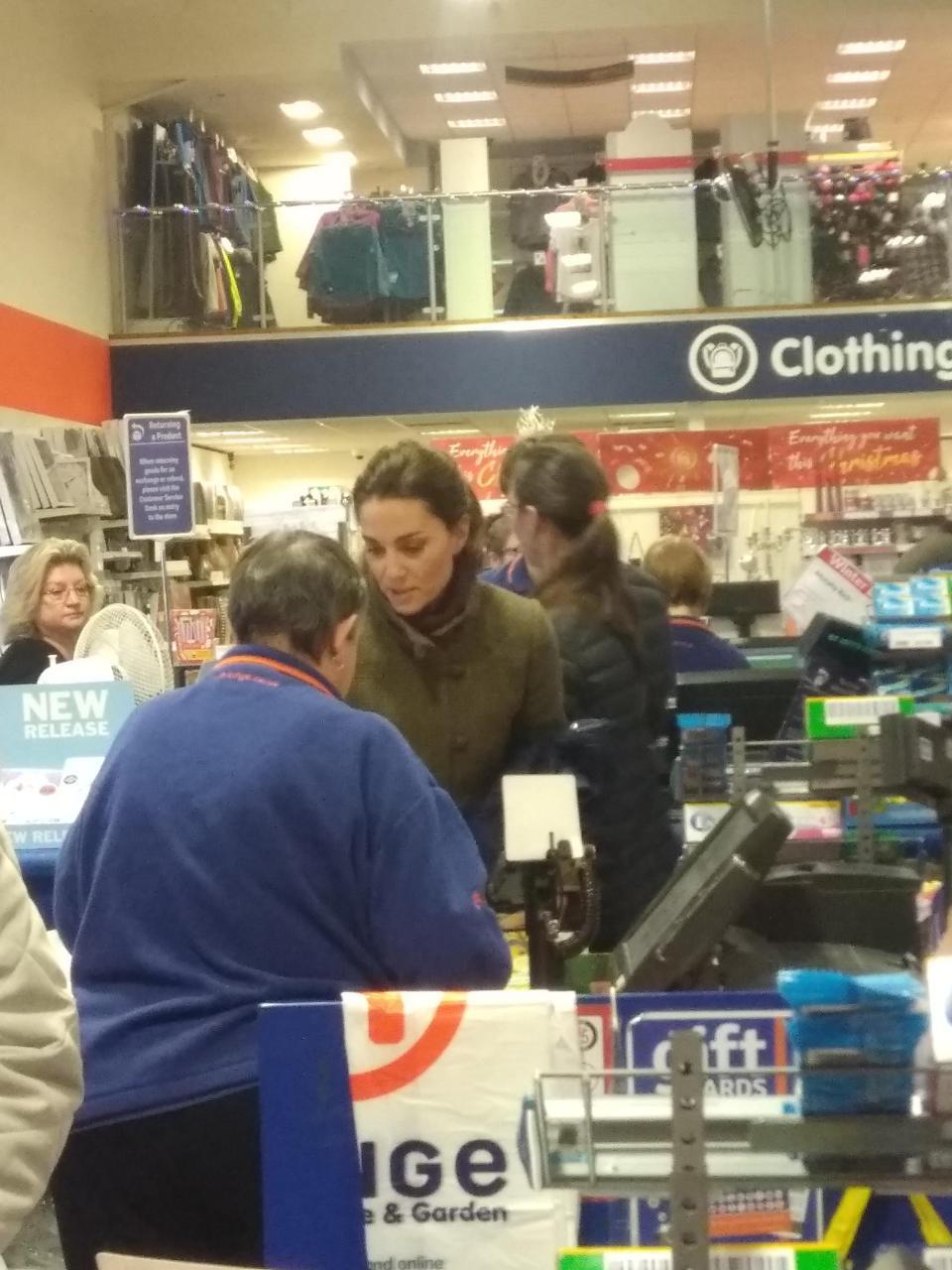 Công nương Kate ăn mặc giản dị, dắt tay hai con đi mua hàng giảm giá dịp Giáng sinh - Ảnh 1.