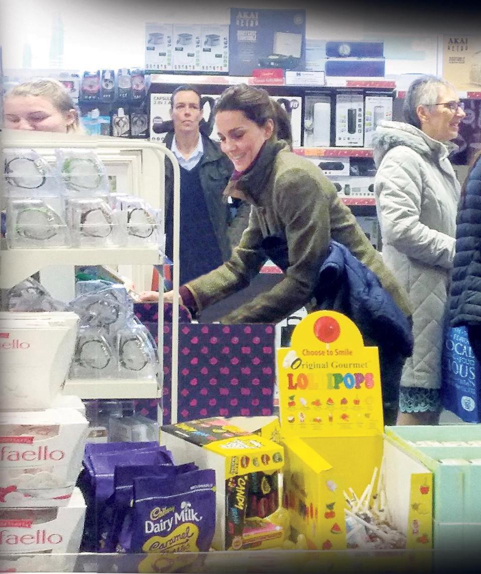 Công nương Kate ăn mặc giản dị, dắt tay hai con đi mua hàng giảm giá dịp Giáng sinh - Ảnh 2.