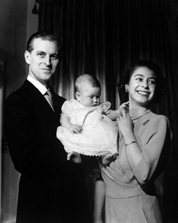 Nữ hoàng Anh gửi thông điệp ngầm về người kế vị ngai vàng trong bức ảnh Giáng sinh 2018 khiến dân tình xôn xao - Ảnh 2.