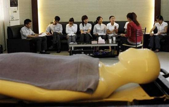 Những lớp học kỳ lạ có 1-0-2 trên thế giới: dạy cách lấy chồng giàu, hướng dẫn chăm sóc thi thể - Ảnh 1.