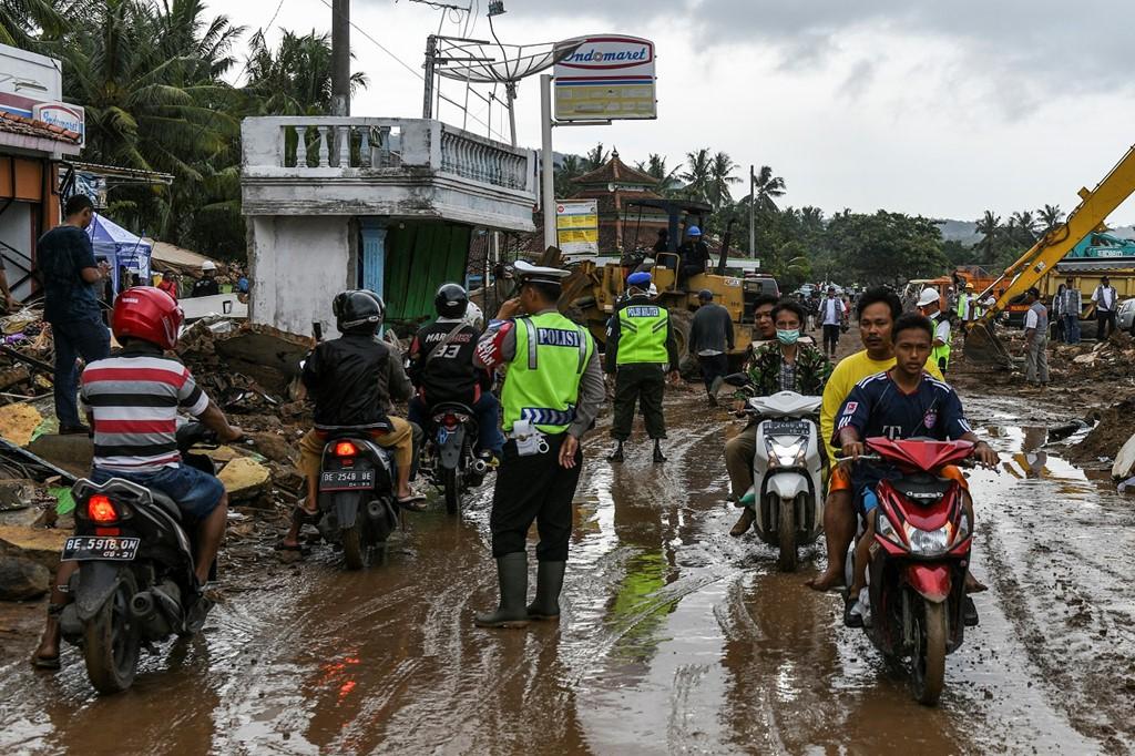 Con đường lầy lội sau trận só.ng thần ở Rajabasa, tỉnh Lampung, Indonesia. Ảnh: AFP.