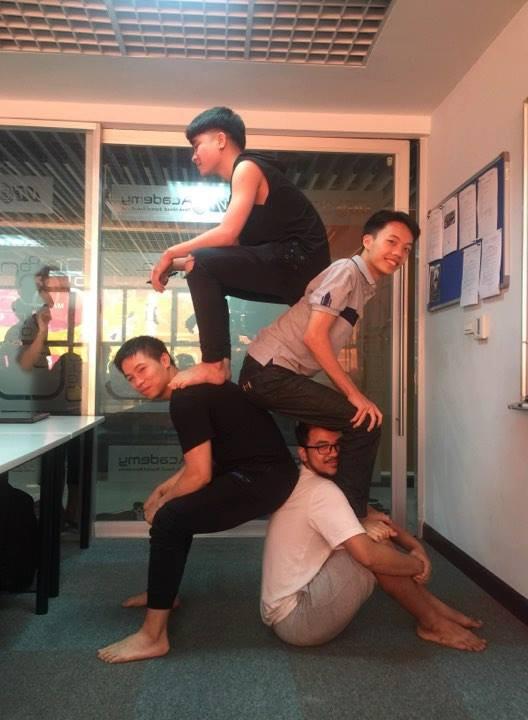 Không nghi ngờ gì nữa, đây chính là xu hướng pose hình cho nhóm bạn hot nhất những ngày cuối năm - Ảnh 4.
