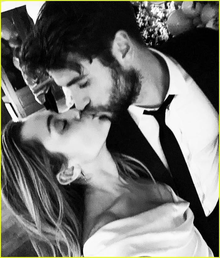 Miley Cyrus xác nhận đã kết hôn với Liam Hemsworth bằng loạt hình cưới tình bể bình - Ảnh 2.