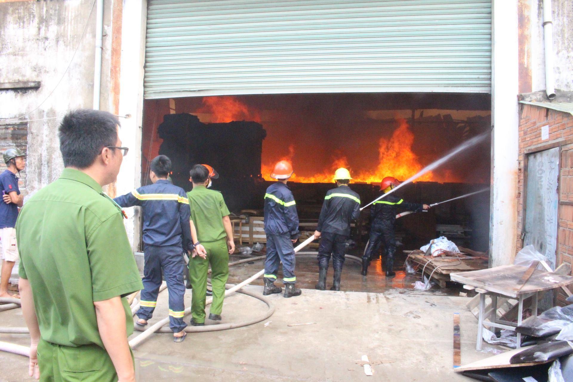Xưởng gỗ cháy kinh hoàng, nhiều công nhân mất việc ngày cận Tết - Ảnh 1.