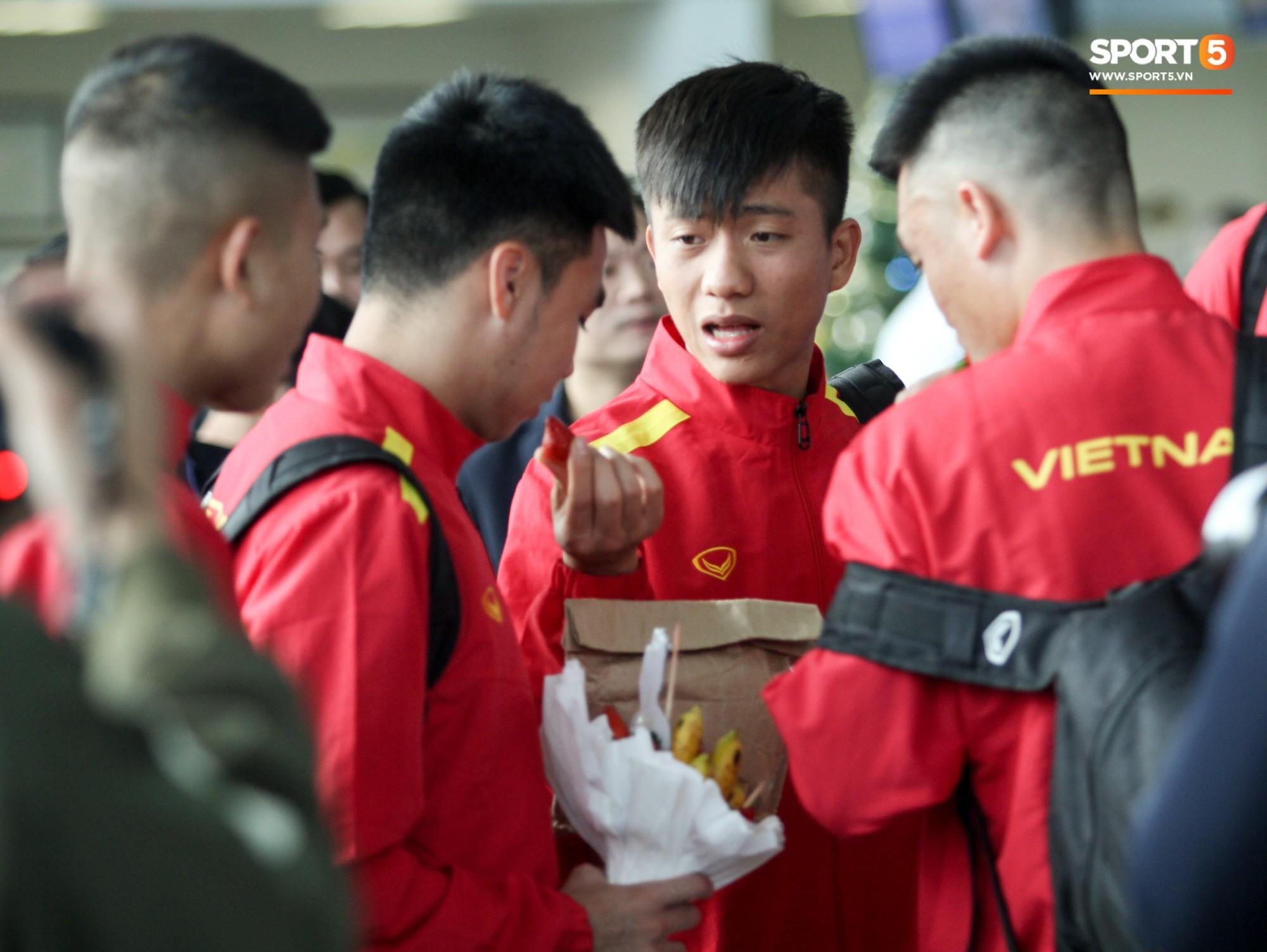 Đức Huy được fan tặng quà đặc biệt, đồng đội lập tức xin miếng - Ảnh 6.