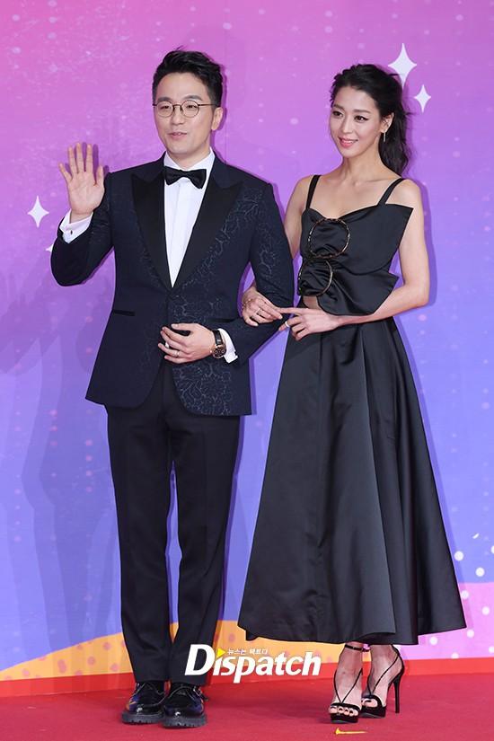 Thảm đỏ SBS Entertainment Awards: Song Ji Hyo bị mỹ nhân Running Man sexy lấn át, Lee Seung Gi bảnh bao bên dàn sao - Ảnh 18.