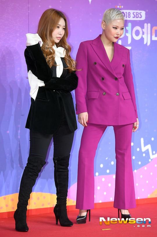 Thảm đỏ SBS Entertainment Awards: Song Ji Hyo bị mỹ nhân Running Man sexy lấn át, Lee Seung Gi bảnh bao bên dàn sao - Ảnh 21.