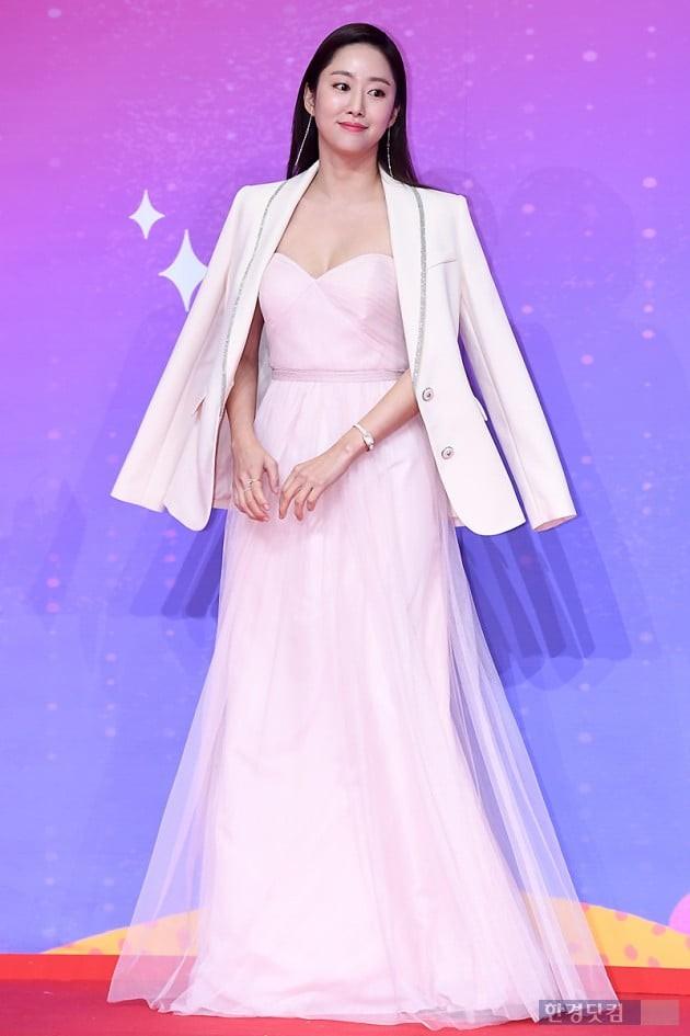 Thảm đỏ SBS Entertainment Awards: Song Ji Hyo bị mỹ nhân Running Man sexy lấn át, Lee Seung Gi bảnh bao bên dàn sao - Ảnh 7.