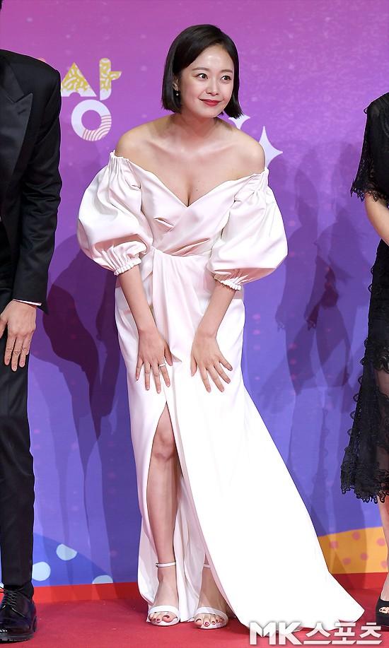 Thảm đỏ SBS Entertainment Awards: Song Ji Hyo bị mỹ nhân Running Man sexy lấn át, Lee Seung Gi bảnh bao bên dàn sao - Ảnh 2.