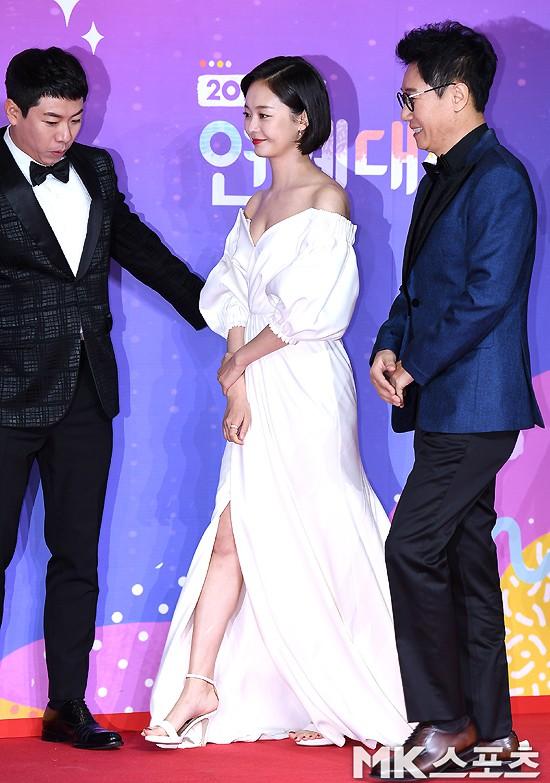 Thảm đỏ SBS Entertainment Awards: Song Ji Hyo bị mỹ nhân Running Man sexy lấn át, Lee Seung Gi bảnh bao bên dàn sao - Ảnh 1.
