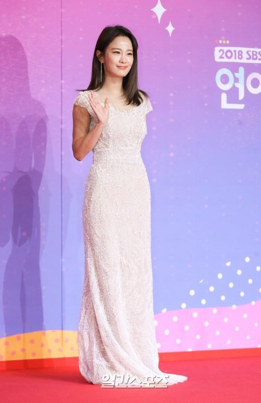 Thảm đỏ SBS Entertainment Awards: Song Ji Hyo bị mỹ nhân Running Man sexy lấn át, Lee Seung Gi bảnh bao bên dàn sao - Ảnh 22.