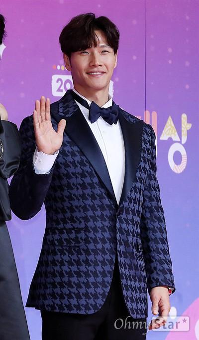 Thảm đỏ SBS Entertainment Awards: Song Ji Hyo bị mỹ nhân Running Man sexy lấn át, Lee Seung Gi bảnh bao bên dàn sao - Ảnh 9.