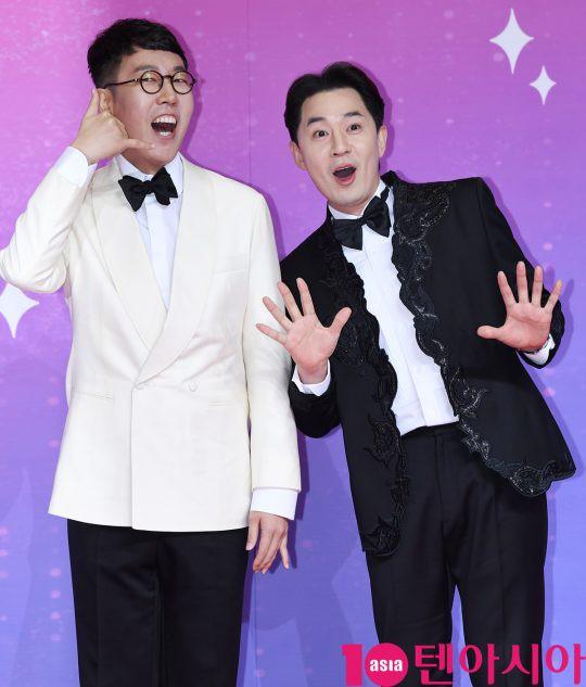 Thảm đỏ SBS Entertainment Awards: Song Ji Hyo bị mỹ nhân Running Man sexy lấn át, Lee Seung Gi bảnh bao bên dàn sao - Ảnh 23.