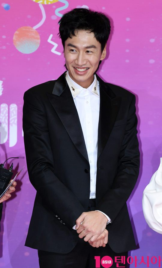 Thảm đỏ SBS Entertainment Awards: Song Ji Hyo bị mỹ nhân Running Man sexy lấn át, Lee Seung Gi bảnh bao bên dàn sao - Ảnh 10.
