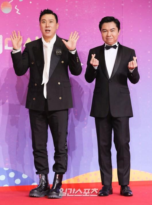 Thảm đỏ SBS Entertainment Awards: Song Ji Hyo bị mỹ nhân Running Man sexy lấn át, Lee Seung Gi bảnh bao bên dàn sao - Ảnh 24.