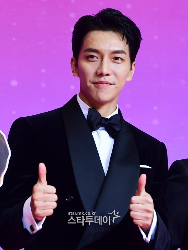 Thảm đỏ SBS Entertainment Awards: Song Ji Hyo bị mỹ nhân Running Man sexy lấn át, Lee Seung Gi bảnh bao bên dàn sao - Ảnh 15.