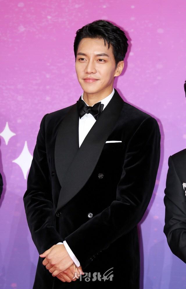 Thảm đỏ SBS Entertainment Awards: Song Ji Hyo bị mỹ nhân Running Man sexy lấn át, Lee Seung Gi bảnh bao bên dàn sao - Ảnh 14.