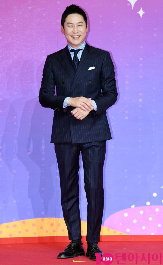 Thảm đỏ SBS Entertainment Awards: Song Ji Hyo bị mỹ nhân Running Man sexy lấn át, Lee Seung Gi bảnh bao bên dàn sao - Ảnh 26.