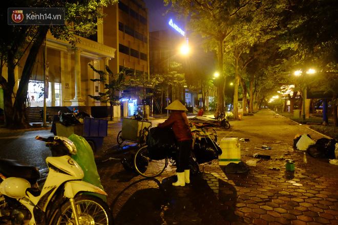 Xót xa cảnh người vô gia cư trùm chăn ngủ vỉa hè trong cái lạnh thấu xương giữa đêm đông Hà Nội - Ảnh 7.