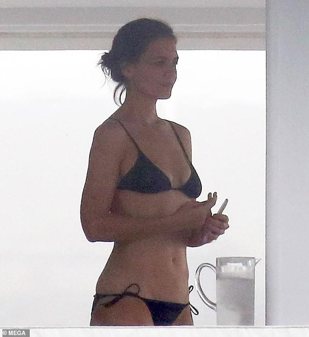 Đi nghỉ mát cùng bạn trai Jamie Foxx, Katie Holmes mặc bikini khoe bụng phẳng lỳ đáng ghen tị ở tuổi 40 - Ảnh 1.