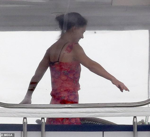 Đi nghỉ mát cùng bạn trai Jamie Foxx, Katie Holmes mặc bikini khoe bụng phẳng lỳ đáng ghen tị ở tuổi 40 - Ảnh 5.
