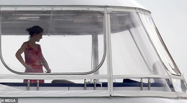 Đi nghỉ mát cùng bạn trai Jamie Foxx, Katie Holmes mặc bikini khoe bụng phẳng lỳ đáng ghen tị ở tuổi 40 - Ảnh 7.