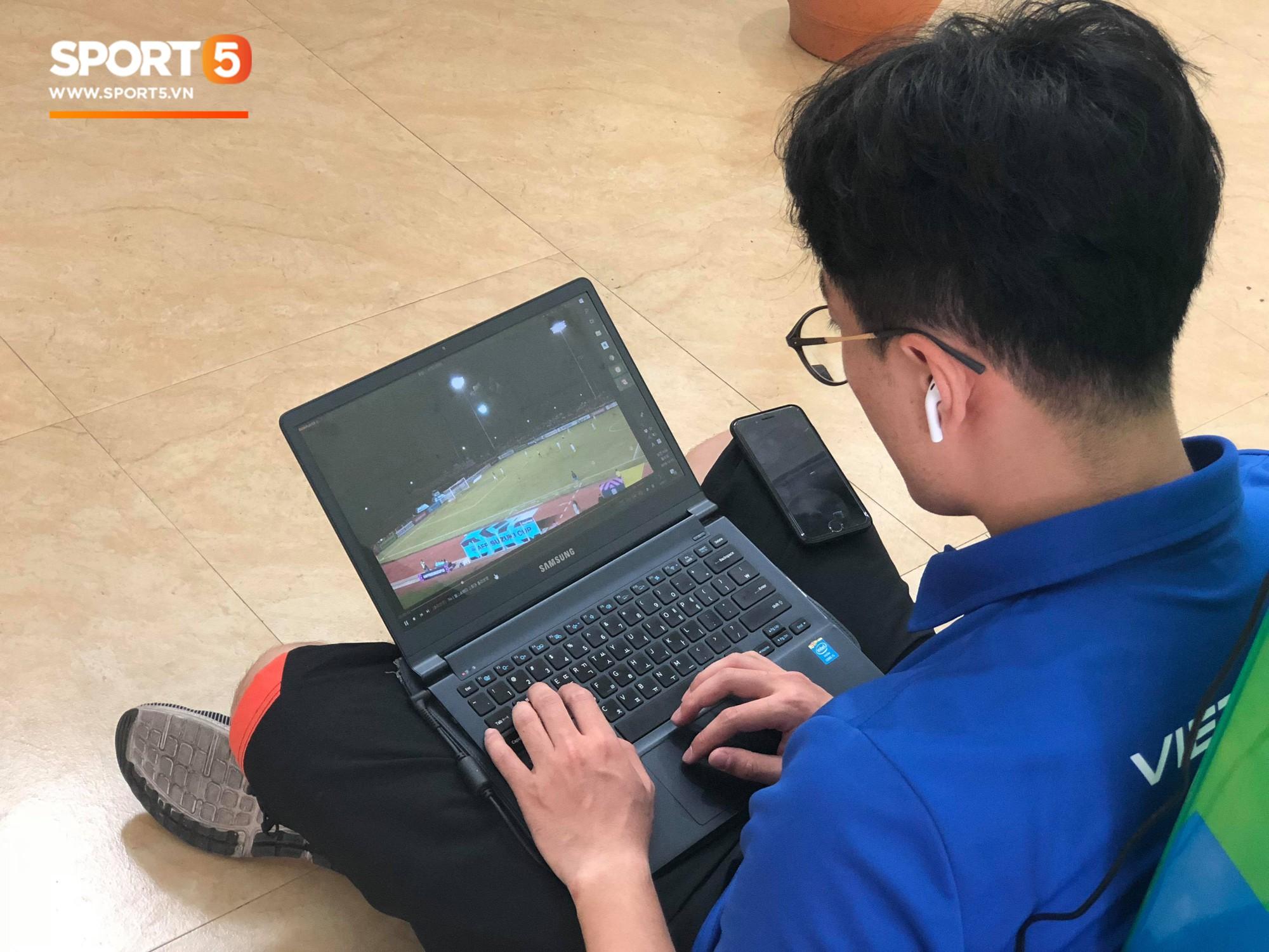 Không ngủ quên sau trận thắng Philippines, trợ lý Hàn Quốc điển trai của tuyển Việt Nam ngồi bệt ngay tại sân bay phân tích đối thủ - Ảnh 4.