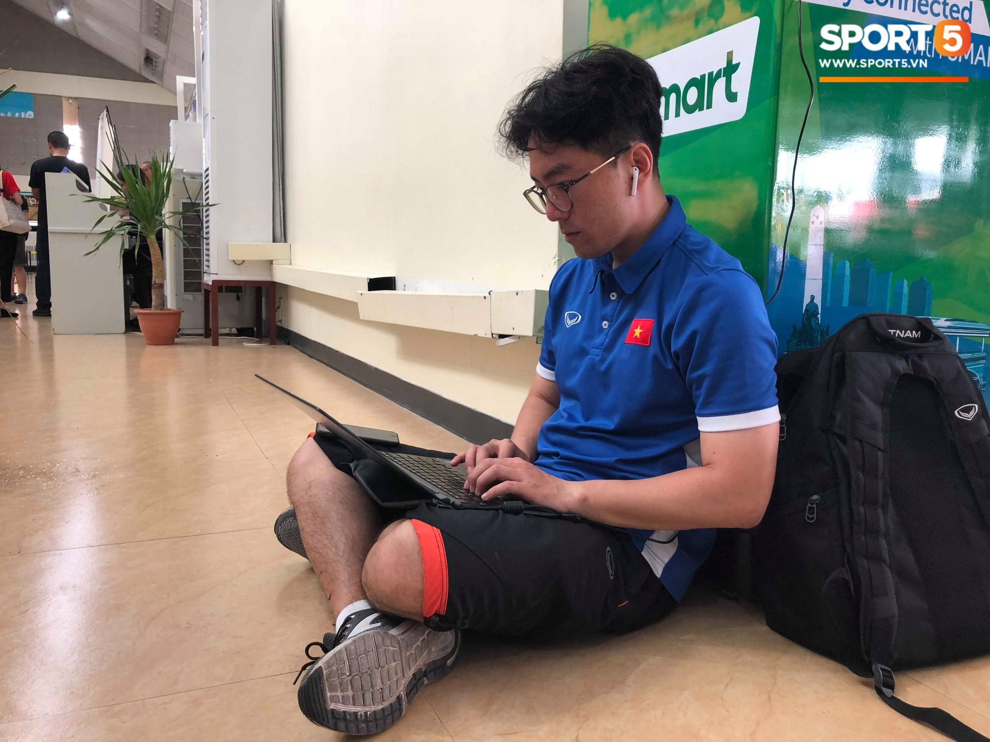 Không ngủ quên sau trận thắng Philippines, trợ lý Hàn Quốc điển trai của tuyển Việt Nam ngồi bệt ngay tại sân bay phân tích đối thủ - Ảnh 2.