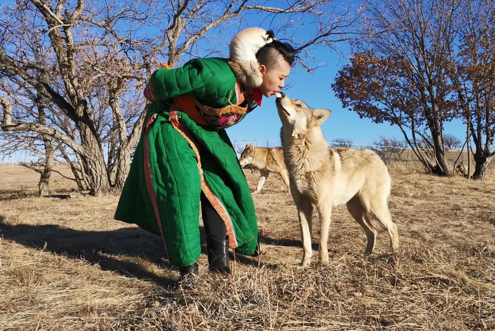 Cô gái Mông Cổ với dàn pet độc 8 con sói, 3 bạn trai đều