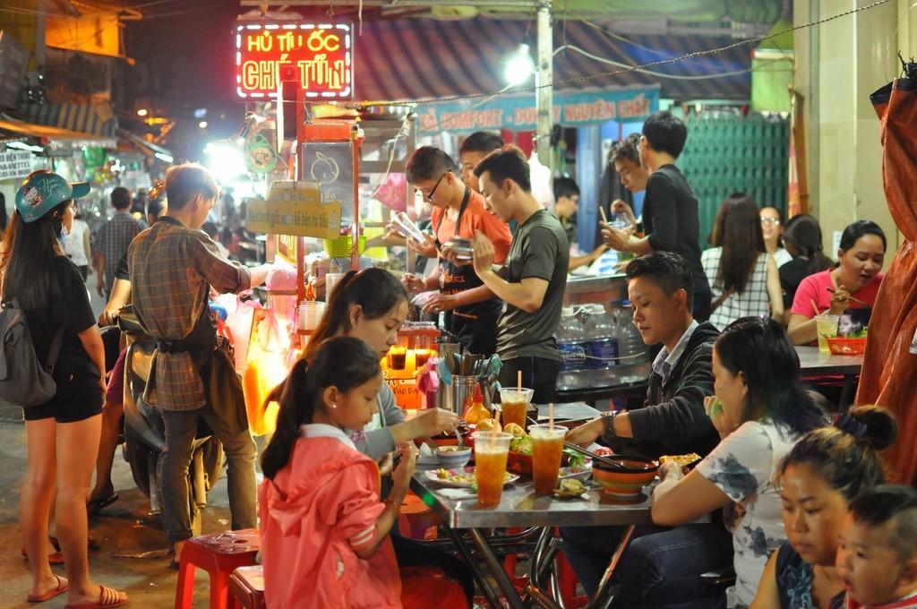 5 khu chợ chiều hội tụ đủ các món ăn vặt vừa ngon vừa rẻ ở Sài Gòn - Ảnh 3.
