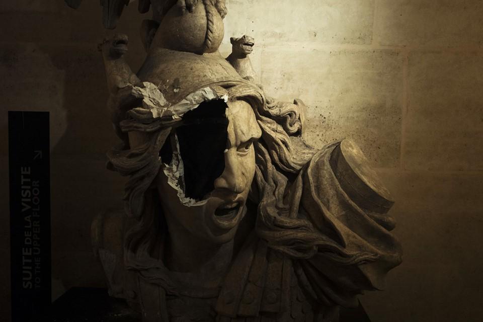 Bức tượng Marianne vỡ nát trở thành biểu tượng của cuộc bạo động Paris những ngày qua - Ảnh 2.