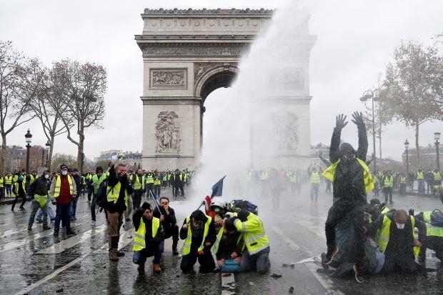 Khải Hoàn Môn huyền thoại chìm trong khói lửa và đổ vỡ sau cuộc biểu tình lớn nhất thập kỷ ở Paris - Ảnh 8.