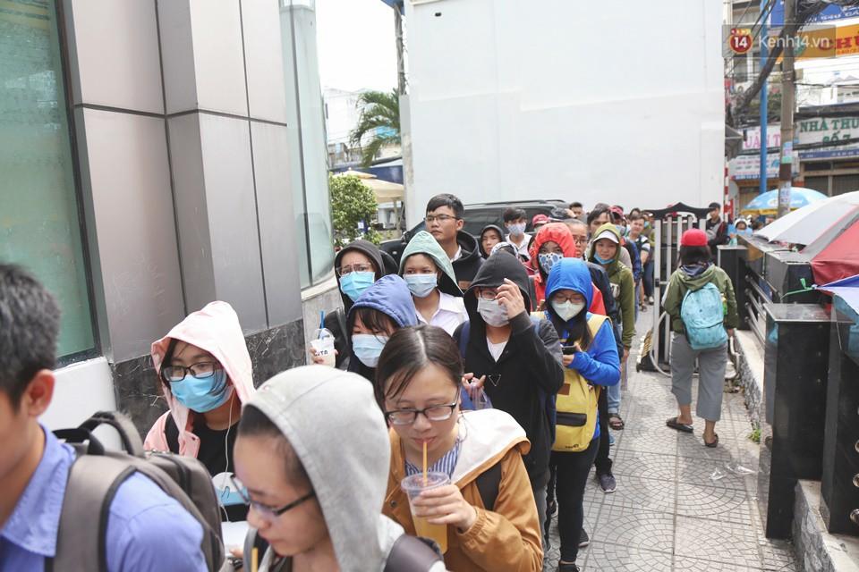 Hàng trăm sinh viên Sài Gòn tiếp tục đội nắng xếp hàng, chen chân giành suất đăng ký dự thi TOEIC - Ảnh 6.