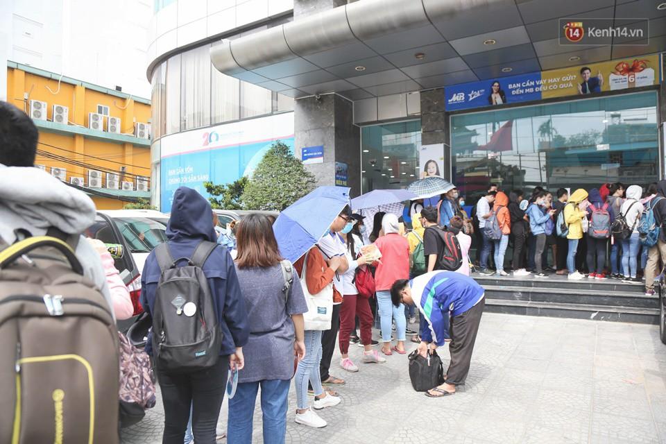 Hàng trăm sinh viên Sài Gòn tiếp tục đội nắng xếp hàng, chen chân giành suất đăng ký dự thi TOEIC - Ảnh 2.